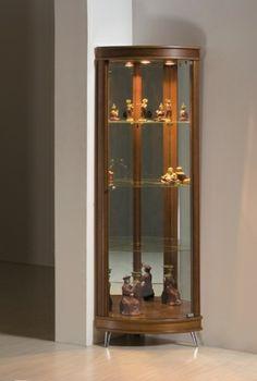 Essa Cristaleira é fabricada em madeira maciça com painéis laminados. Possui vidros curvos, pés de alumínio, fundo revestido com espelho e iluminação interna com LED.Disponíveis nos acabamentos: avelã, chocolate e ébano. Medidas: 42,5 x 182 x 42,5cm. http://www.moradamoveis.com/