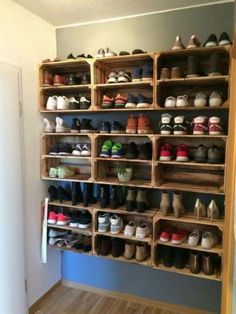 Obstkisten Weinkisten Apfelkisten Holzkisten DIY Upcycling Schuhregal For the Home Diy Shoe Rack, Shoe Racks, Diy Shoe Organizer, Diy Shoe Shelf, Garage Shoe Rack, Book Shelf Diy, Cheap Shoe Rack, Cheap Closet, Diy Home Decor