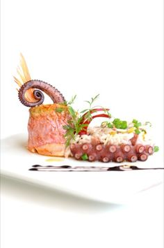 Gourmet food~beautifully presented. Food Design, Comida Fusion, Gourmet Recipes, Cooking Recipes, Food Decoration, Molecular Gastronomy, Restaurant Recipes, Culinary Arts, Food Presentation