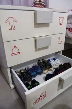 El mundo con Ó: Nuestro ambiente Montessori. Armario y ropa.