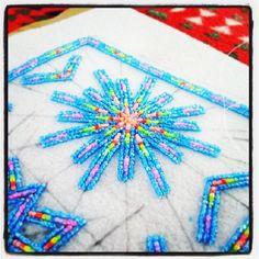 look at the pattern lines wonderful work. Native Beadwork, Native American Beadwork, Beading Projects, Beading Tutorials, Loom Patterns, Beading Patterns, Beadwork Designs, Native American Crafts, Nativity Crafts