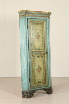 Presenta un'anta e piedi a mensola. Laccata e decorata in policromia.