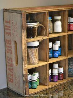 Cageots Vintage, Vintage Crates, Wooden Crates, Vintage Globe, Vintage Style, Old Coke Crates, Coke Crate Ideas, Wine Crates, Crate Decor