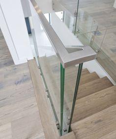 www.trabczynski.com ST863 Schody dywanowe wykonane z barwionego i olejowanego dębu. Balustrada z hartowanego szkła z pochwytem ze stali szlachetnej. Schody z linii TECHNE. Realizacja wykonana w domu prywatnym, projekt - TRĄBCZYŃSKI / ST863 Zigzag stair made of stained oak finished with hardwax oil. Balustrade of tempered glass with stainless steel handrail. Private residential project, designed by TRABCZYNSKI.