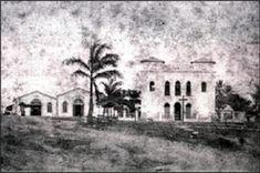 A estação, à esquerda da igreja. Data e autor desconhecidos