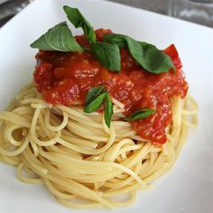 Spaghetti Sauce with Fresh Tomatoes Fresh Tomato Marinara Sauce, Pasta Sauce With Fresh Tomatoes, Homemade Tomato Sauce, Homemade Pasta, Homemade Food, Sauce Spaghetti, Homemade Spaghetti Sauce, Spaghetti Noodles, Pasta Dishes