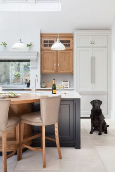 Mixed wood cabinetry colors Design by Humphrey Munson Open Plan Kitchen, New Kitchen, Kitchen Dining, Kitchen Decor, Kitchen Colors, Kitchen Ideas, Handmade Kitchens, Up House, Bespoke Kitchens