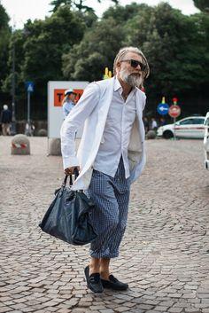 (via White.   No:49137   メンズファッションスナップ フリーク - 男の着こなし術は見て学べ。)