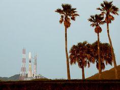こうのとり6号機を搭載し打ち上げを待つH2Bロケット6号機=9日午後4時57分、鹿児島県の種子島宇宙センター、小宮路勝撮影