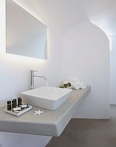 Villa Anemolia displays simplicity of design in Santorini Style At Home, Bathroom Interior, Modern Bathroom, Santorini House, Santorini Greece, Mykonos, Interior Minimalista, Tadelakt, Luxury Villa Rentals