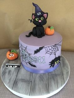 Halloween witches black cat cake You are in the right place about best birthday cake Here we offer you the most beautiful pictures about the vanilla birthday cake you are looking for. When you examine Halloween Desserts, Scary Halloween Cakes, Scary Cakes, Bolo Halloween, Fete Halloween, Halloween Food For Party, Halloween Treats, Halloween Witches, Halloween Theme Birthday