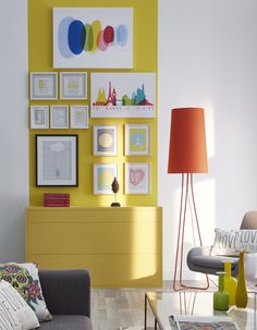 on fait entrer les couleurs sur le mur du salon pour une dose quotidienne de vitamine