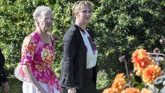 Dronning Margrethe indviede sin nye have | BILLED-BLADET   Dronning Margrethe og landskabsarkitekt Christine Waage fra Slots- og Kulturstyrelsen i den nye Årstidshave ved Fredensborg Slot.