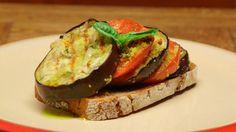 Tym razem prezentujemy przepisy idealne na wczesną jesień. Przygotujemy błyskawiczną zapiekankę z grillowanego bakłażana oraz malinowych pomidorów. Zapraszamy!  Składniki:  2 bakłażany, pokrojone w 1,5 cm plastry 4 duże pomidory malinowe, pokrojone w 1 cm plastry 4 ząbki czosnku 1 łyżka listków tymianku 3 łyżki oliwy z oliwek 3 łyżki startego parmezanu masło i bułka tarta sól, pieprz  Inne odcinki cyklu zobaczysz tutaj   Kanał Jakuba Kuronia na YouTube może zasubskrybować tutaj