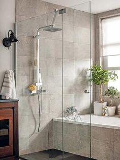 Baño con bañera y ducha y mampara de Leroy Merlin