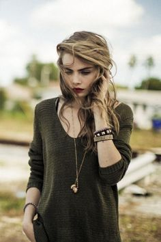 Pullover cara delevingne blonde hair blonde hair bracelets bracelets necklace hairstyles make-up sweater Cara Delevingne, Moda Fashion, Fashion Models, Fashion Beauty, Style Fashion, Girl Fashion, Girl Crushes, Pretty People, Beautiful People