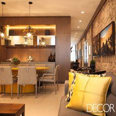 Projetado pelas arquitetas Bianca Decker e Maria Fernanda Bagatin, a morada tem a morada tem estilo contemporâneo evidenciado no mobiliário em madeira. Na decoração, os tons de bege e cinza contrastam com as cores vibrantes