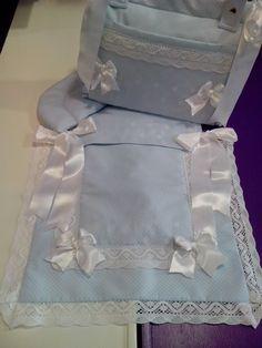 bebeteca. Colcha de capazo con almohada en pique rombo azul y detalles blancos:Artesanía.