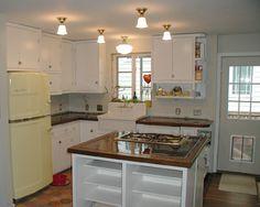 Kitchen colors with black appliances red big chill 36 Ideas Vintage Fridge, Retro Fridge, Vintage Kitchen, Beach House Kitchens, Home Kitchens, Retro Kitchens, Toy Kitchen, Kitchen Dining, Kitchen Photos