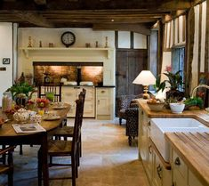 This English cottage style kitchen goes with wooden furniture and traditional de. - This English cottage style kitchen goes with wooden furniture and traditional decorations that look - English Country Kitchens, English Country Decor, French Country, Kitchen Country, English Cottage Decorating, Country Living, Country Lounge, English Farmhouse, French Kitchens
