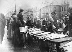 Fishmarket in Norway, Bergen, by Knud Knudsen.Fishmongers were women, wow! Vintage Photography, Street Photography, Old Photos, Vintage Photos, Norwegian People, Kingdom Of Sweden, Norway Viking, Trondheim, Silent Film