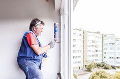 Ausschäumen des neuen Kunststofffensters.   #ÖNORM #Fenstermontage