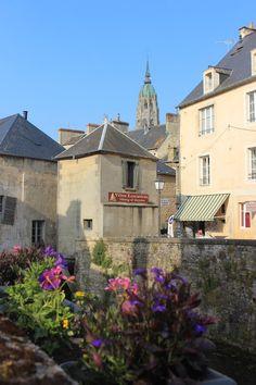 A Bayeux, on peut séjourner dans la plus petite maison de France ! Suivez Philippe pour cette courte visite !