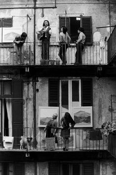 Casa di ringhiera, 1976. - (Gianni Berengo Gardin)