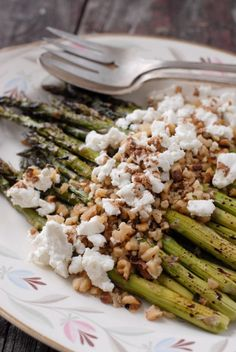 Roasted Balsamic Asparagus with Goat Cheese and Toasted Walnuts. maybe instead of goat cheese I would use feta. Side Dish Recipes, Vegetable Recipes, Vegetarian Recipes, Healthy Recipes, Delicious Recipes, Think Food, I Love Food, Cookbook Recipes, Cooking Recipes