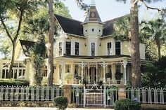 Victorian house across from Spring Bayou, Tarpon Springs, FL. My all time favorite house.Whenever I'm in Tarpon I must drive by and see it. Victorian Architecture, Beautiful Architecture, Beautiful Buildings, Beautiful Homes, House Architecture, Victorian Style Homes, Victorian Houses, Modern Victorian, Victorian Christmas