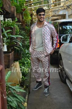 Sidharth Malhotra snapped at Marjaavaan's special screening! Bollywood Outfits, Bollywood Actors, Siddharth Malothra, Karan Johar, Reality Tv Stars, Stylish Mens Outfits, Disha Patani, Indian Celebrities, Menswear