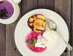 Персики на гриле с ванильным мороженым