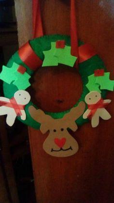 Coroa de Natal, feita com feltro e eva! Podemos mudar as cores ao seu gosto!