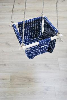 Balançoire pour bébé, bleu marine imprimé petit vague, esprit bord de mer.