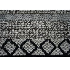 Karpet Cross handwoven is elk karpet uniek. Dit komt doordat ieder karpet met de hand geknoopt wordt.   Dit karpet komt uit een serie van 3 kleuren; blauw, zwart en bruin. Deze kleuren zijn ook te vinden op de website van Loods5.  De volgende afmetingen zijn mogelijk 160 x 230 cm 200 x 280 cm