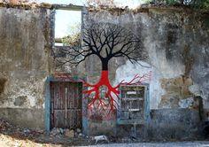 Great use of art on this wall  http://4.bp.blogspot.com/-7ivPvjiT8pM/Ui9QgSs8TeI/AAAAAAAADD4/28qzweKoc7o/s1600/chainza+2+b.jpg