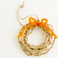 Finger Knit Wreath Ornament Tutorial by Flax and Twine .no directions, but I like it. Ornament Tutorial, Wreath Tutorial, Diy Tutorial, Star Ornament, Ornament Wreath, Crafts To Do, Yarn Crafts, Door Crafts, Christmas Love