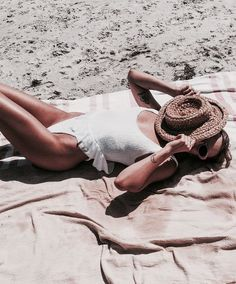How to Take Good Beach Photos Summer Breeze, Summer Vibes, Cooler Look, Summer Aesthetic, Beach Bum, Blue Beach, Beach Look, Beach Photos, Summer Of Love