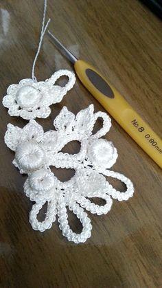 Diário Crochê Tricô: Crochê Irlandês                              … Freeform Crochet, Crochet Motif, Crochet Doilies, Crochet Stitches, Knit Crochet, Irish Crochet Patterns, Crochet Designs, Crochet Leaves, Crochet Flowers
