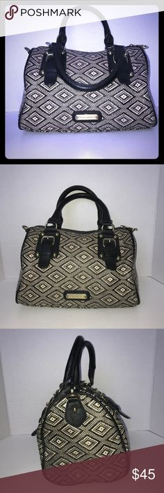 "Steve Madden tribal pattern purse Steve Madden black and beige tribal pattern purse/ gold hardware is slightly tarnished /sides and bottom of the purse are a bit fringed/ no stains or marks inside or outside of the purse/ purse is in good condition/ length: 12"", height: 7"", width:7"" Steve Madden Bags Crossbody Bags"