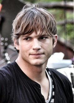 "Ashton Kutcher is one of those people who are not afraid to experiment with different hairstyles but the hard truthRead More Hairstyles Ashton Kutcher Has Worn In Movies"" Mens Messy Hairstyles, 2015 Hairstyles, Celebrity Hairstyles, Teen Boy Haircuts, Haircuts For Men, Men's Haircuts, Hair Styles 2014, Long Hair Styles, Rocker Hair"