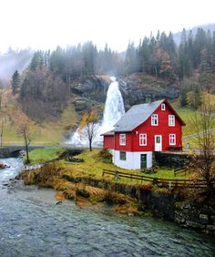 Located in the village of Ulvik, this typical Norwegian cottage is available as a vacation rental.