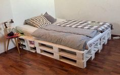 Nice bed made of white euro pallets - simple, simple and aesthetic. Diy Home Decor Bedroom, Room Decor, Euro Pallets, Pallet Beds, Couch Furniture, Porches, Diy Pallet Projects, How To Make Bed, Room Inspiration