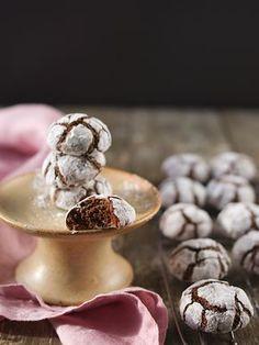 Popraskané crinkles jsou u nás doba velmi oblíbené. Hotové jsou celkem rychle a ještě rychleji mizí ze stolu. Navrchu křupavé, vevnitř k... Christmas Sweets, Christmas Candy, Brownie Cookies, Desert Recipes, Crinkles, Food Hacks, Sweet Recipes, Sweet Tooth, Sweet Treats