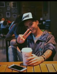 Androgynous Girls, Androgynous Fashion, Tomboy Fashion, Lesbian Outfits, Tomboy Outfits, Estilo Tomboy, Butch Fashion, Lgbt Love, Face Characters
