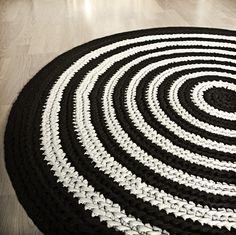 crocheted carpet  http://summassa.blogspot.fi/2012/07/rasymattopatalappu.html