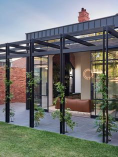 Et si on osait le noir dans nos jardins ? - Frenchy Fancy Outdoor Areas, Outdoor Rooms, Outdoor Pergola, Outdoor Kitchens, Outdoor Structures, Recycled Brick, Edwardian House, Clay Houses, Backyard Landscaping
