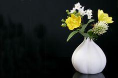 #lunac #porcelain #garlic #nature #flowers #vase Flowers Vase, T Lights, Garlic, Porcelain, Nature, Home Decor, Porcelain Ceramics, Naturaleza, Decoration Home