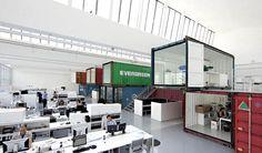 Group 8 所設計這間位於日內瓦的辦公室,把生鏽掉漆的回收貨櫃堆疊在一塵不染的白色空間中,造成強烈對比。這些貨櫃既可以將開放的辦公空間分隔為不同區域,本身又提供了安靜的封閉空間做為開會或個別辦公之用