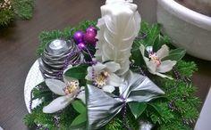 Centro tavola orchidee bianche,candela scolpita manualmente e addobbi viola